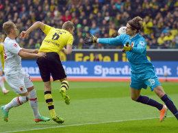Dortmunds Bender markiert per Kopf das 1:0 gegen Augsburg.