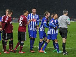 Die Hertha-Profis reden auf Referee Michael Weiner ein