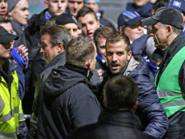 Hamburgs Rafael van der Vaart inmitten der HSV-Fans.
