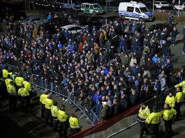 Da war es noch friedlicher: Hamburger Fans warten auf die HSV-Profis, um mit ihnen zu reden.