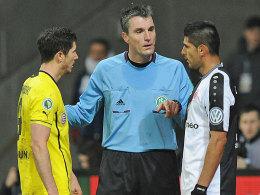 Im Dauerclinch: Referee Knut Kircher vermittelt zwischen den Streithähnen Robert Lewandowski und Carlos Zambrano.