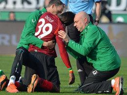 Schulter ausgekugelt: Hannovers Mame Diouf muss behandelt werden.