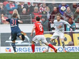 Bayern-Sieg Nr. 18 auf den Weg gebracht: Schweinsteiger köpft das 1:0 in Mainz.