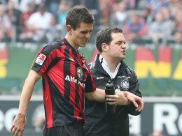 Johannes Flum wird gegen Mainz vom Platz geführt.