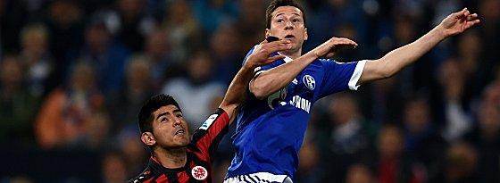 Schalkes Julian Draxler (re.) gegen Frankfurts Carlos Zambrano.