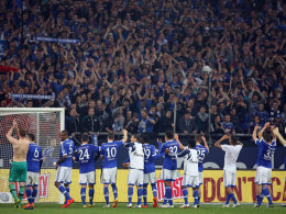 Der Schalker Mannschaft feiert nach dem 2:0 gegen Eintracht Frankfurt mit den Fans