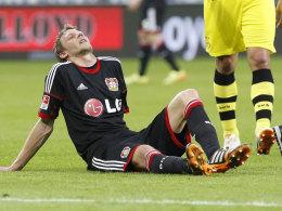 Saisonaus. Stefan Kießling ärgert sich noch auf dem Feld über die Verletzung.