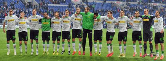 Die Gladbach-Profis jubeln nach dem Schlusspfiff auf Schalke mit den eigenen Fans
