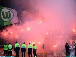 Es sind immer die gleichen Bilder, die für die Vereine teuer werden: Wolfsburger Fans zündeln.