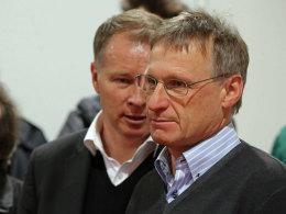 Leverkusens Manager Michael Reschke, hier mit FCA-Manager Stefan Reuter, wechselt zum FC Bayern.