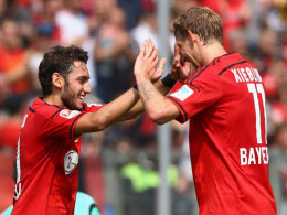 Gute Laune: Hakan Calhanoglu (li.) feiert mit Stefan Kießling seinen Treffer gegen Lierse.