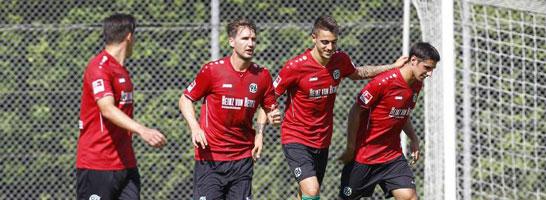 Gelungenes Debüt: Neuzugang Joselu (2. v.r.) erzielte zwei Tore für Hannover 96.