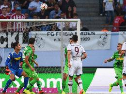 Feines Füßchen: Robert Lewandowski (Mi.) erzielt per Lupfer das 1:0.