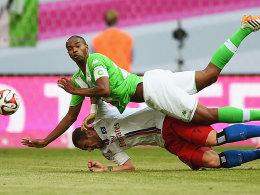 Obenauf: Wolfsburgs Naldo im Duell mit Pierre-Michel Lasogga (unten).