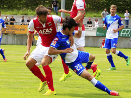 Intensiver Test: Hoffenheims Kim-Jin Su (re.) gegen Alkmaars Jan Wuytens.