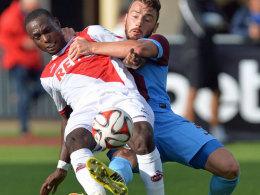 Kölns Ujah (li.) gegen Demir von Trabzonspor.