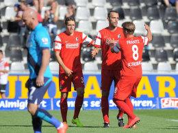 Freude über die Führung gegen Stoke: Christian Günter, Torschütze Pavel Krmas und Mike Frantz.