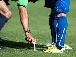 Bald auch in den Bundesliga: Das Spray aus Schiedsrichterhand.
