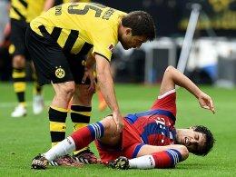 Schmerzhaft: Dortmunds Sokratis kümmert sich um den am Boden liegenden Javi Martinez.