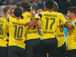 Sokratis wird von seinen BVB-Kollegen nach dem 2:0 beglückwünscht.