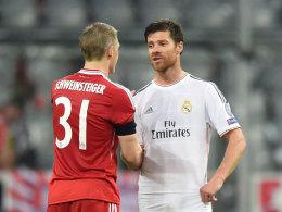Man kennt sich und man schätzt sich: Bastian Schweinsteiger und Xabi Alonso.