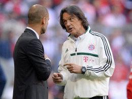 Bayern-Trainer Pep Guardiola im Gespräch mit Bayern-Doc Dr. Hans-Wilhelm Müller-Wohlfahrt.