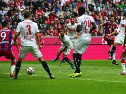 Vorbei an Freund und Feind: Götze markiert das 1:0 gegen Stuttgart.