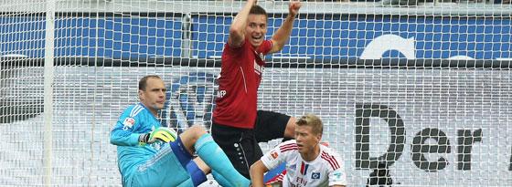 Der HSV am Boden: Jaroslav Drobny und Matthias Ostrzolek schauen enttäuscht, Artur Sobiech bejubelt das 2:0.