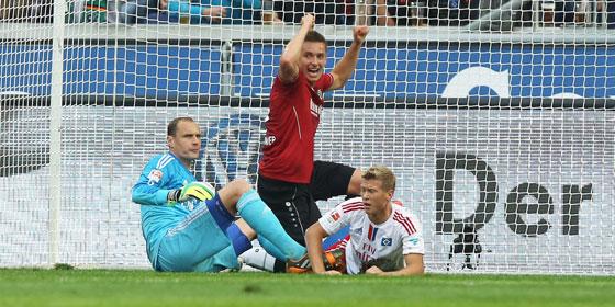 Der HSV am Boden: Jaroslav Drobny und Matthias Ostrzolek schauen entt�uscht, Artur Sobiech bejubelt das 2:0.