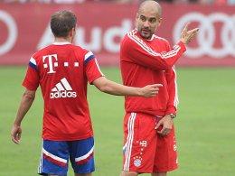 Pep Guardiola im Gespräch mit Philipp Lahm