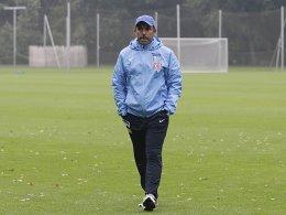 Sieht sich noch nicht im Regen stehen: Für Hertha-Trainer Jos Luhukay ist es noch zu früh für eine erste Bilanz.
