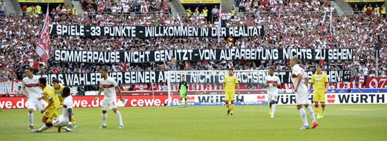 """""""Wer seiner Arbeit nicht gewachsen ist, muss gehen"""": Einige VfB-Fans zeigten ihren Unmut gegen Hoffenheim Weiß auf Schwarz."""
