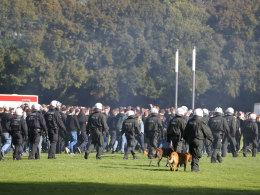Polizisten begleiten Gladbach-Fans ins Kölner Stadion