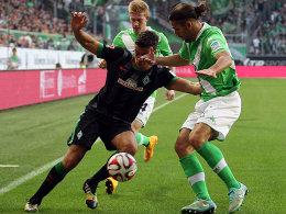 Kein Durchkommen: Werders di Santo gegen VfL-Torschütze Rodriguez (re.).