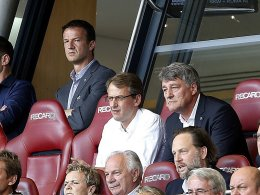 Die Mundwinkel gehen nach unten: VfB-Präsident Wahler (Mitte, rechts) und Fredi Bobic (im Hintergrund) gehen fortan getrennte Wege.