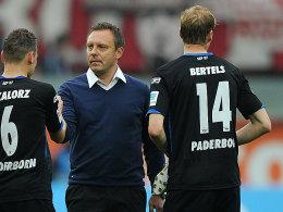 Thomas Bertels (re., mit Trainer André Breitenreiter und Bakalorz)