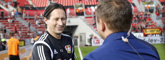 Vor dem Spiel noch bester Laune: Roger Schmidt begrüßt André Breitenreiter.