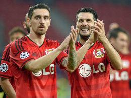 Die Leverkusener Roberto Hilbert (li.) und Emir Spahic.