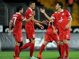 Jairo (li.) nimmt die Glückwünsche für seinen ersten Treffer im FSV-Dress entgegen.