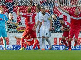 Der VfB bejubelt das nicht für möglich gehaltene 3:3 gegen Leverkusen.