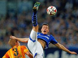 Der Schalker Draxler in Aktion gegen den Berliner Skjelbred.