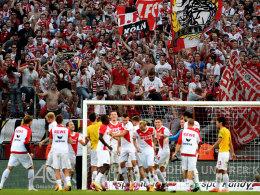 Die FC-Profis jubeln nach dem 2:1-Sieg gegen Dortmund