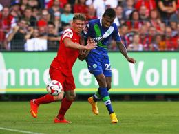 Mike Frantz im Duell mit Wolfsburgs Luiz Gustavo (re.)