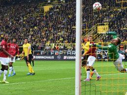Hannovers Rückhalt: Keeper Ron-Robert Zieler parierte unter anderem diesen Hummels-Kopfball.