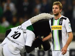 Das Fohlen verneigt sich: Maskottchen Jünter zollt Christoph Kramer den gebührenden Respekt nach dessen starker Leistung.