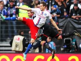 Voller Einsatz, große Leidenschaft: Hamburgs Marcell Jansen (vorne) gegen Leverkusens Stefan Kießling.