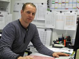 """""""Ich fungiere als Bindeglied zwischen den Spielern und den einzelnen Abteilungen"""": Christoph Preuß an seinem Arbeitsplatz."""