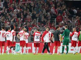 Die Spieler des 1. FC Köln verabschieden sich nach dem 0:1 gegen Freiburg von den Fans