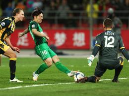 Im Visier der Wölfe: Mittelfeldspieler Xizhe Zhang (Mi.) vom chinesischen Vizemeister Beijing Guo'an.