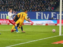 Die Szene, die das Nordderby entschied: Hamburgs Rudnevs drückt die Kugel rein.